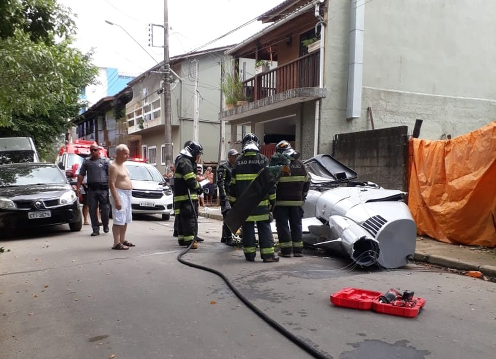 Helicóptero cai e deixa um morto em Ubatuba, SP