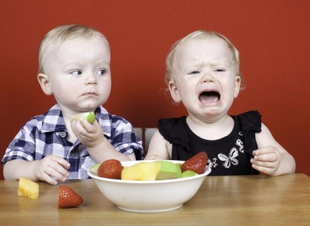 Criança não quer comer fruta (Foto: ThinkStock)