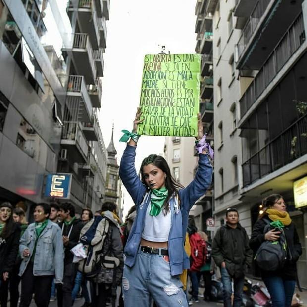 Manifestantes usam lenço verde em vigília pela aprovação do aborto na Argentina (Foto: Reprodução / Instagram/emergentesmedio/quevivalamatria)