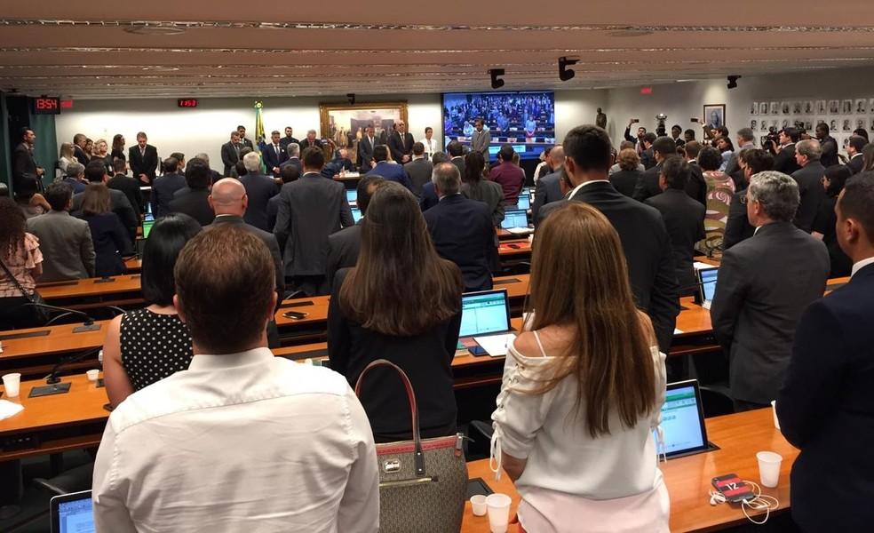 Presentes em audiência pública na Câmara fazem um minuto de silêncio pelas vítimas do rompimento da barragem de Brumadinho (MG) — Foto: Laís Lis/G1