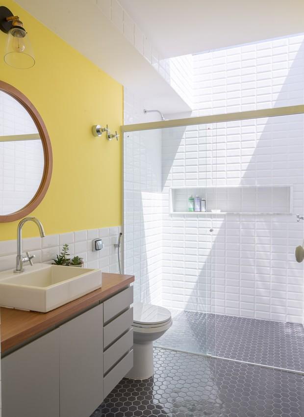 No andar superior, apenas uma claraboia fecha o teto do banheiro, deixando e ambiente sempre claro durante o dia (Foto: Joana França/Divulgação)