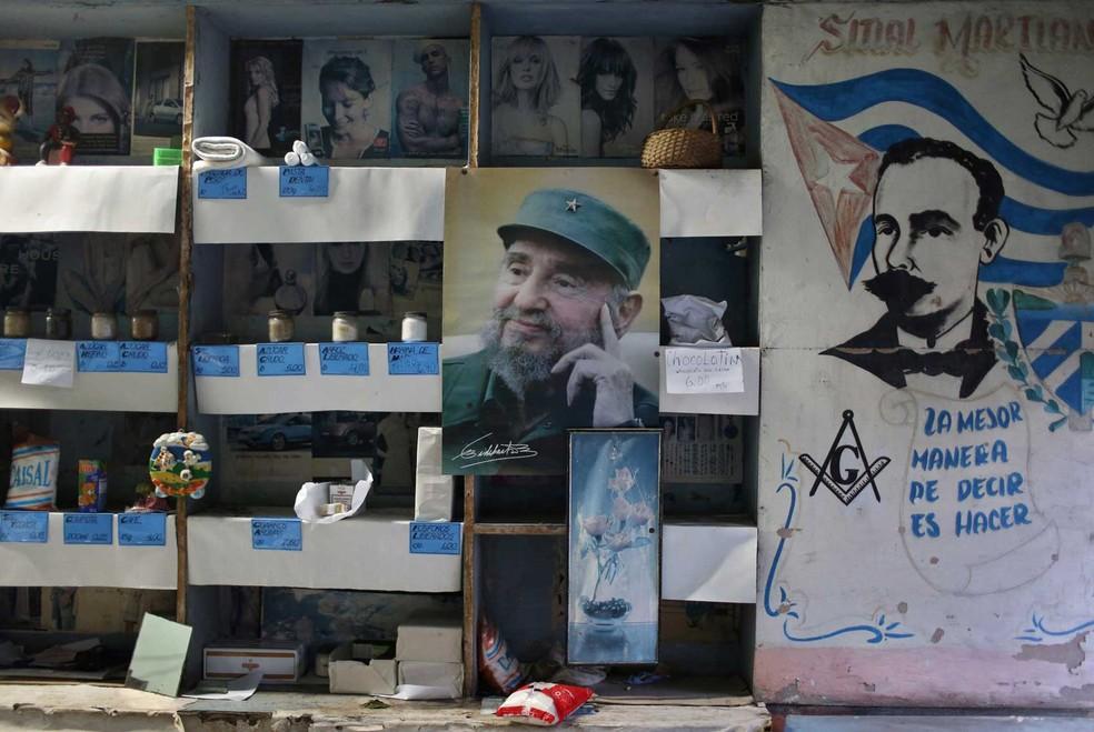 Imagem do ex-presidente cubano Fidel Castro é vista em uma 'bodega', uma loja onde cubanos compram alimentos, em imagem de arquivo de 2 de novembro  — Foto: Alexandre Meneghini/ Reuters