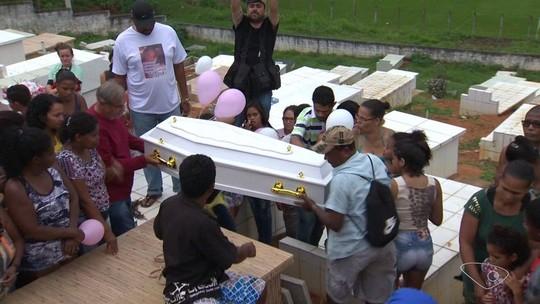 Multidão dá adeus à menina Thayná em cemitério de Cariacica: 'Uma estrela a mais no céu', diz faixa