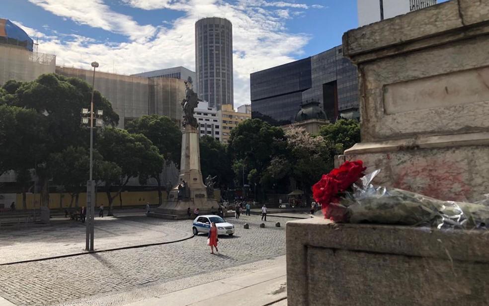 Buquê de flores foi deixado na entrada da Câmara como homenagem a Marielle (Foto: Carlos Brito / G1)