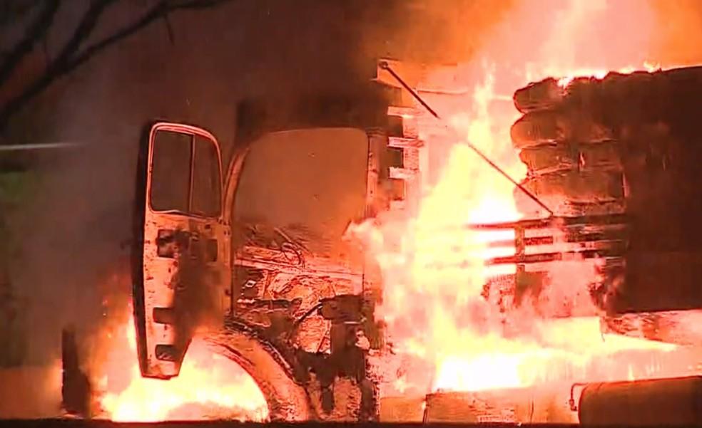 Protesto com queima de veículos causa tumulto na Avenida Fundo do Vale em São José; Caminhão foi queimado — Foto: Reprodução/ TV Vanguarda