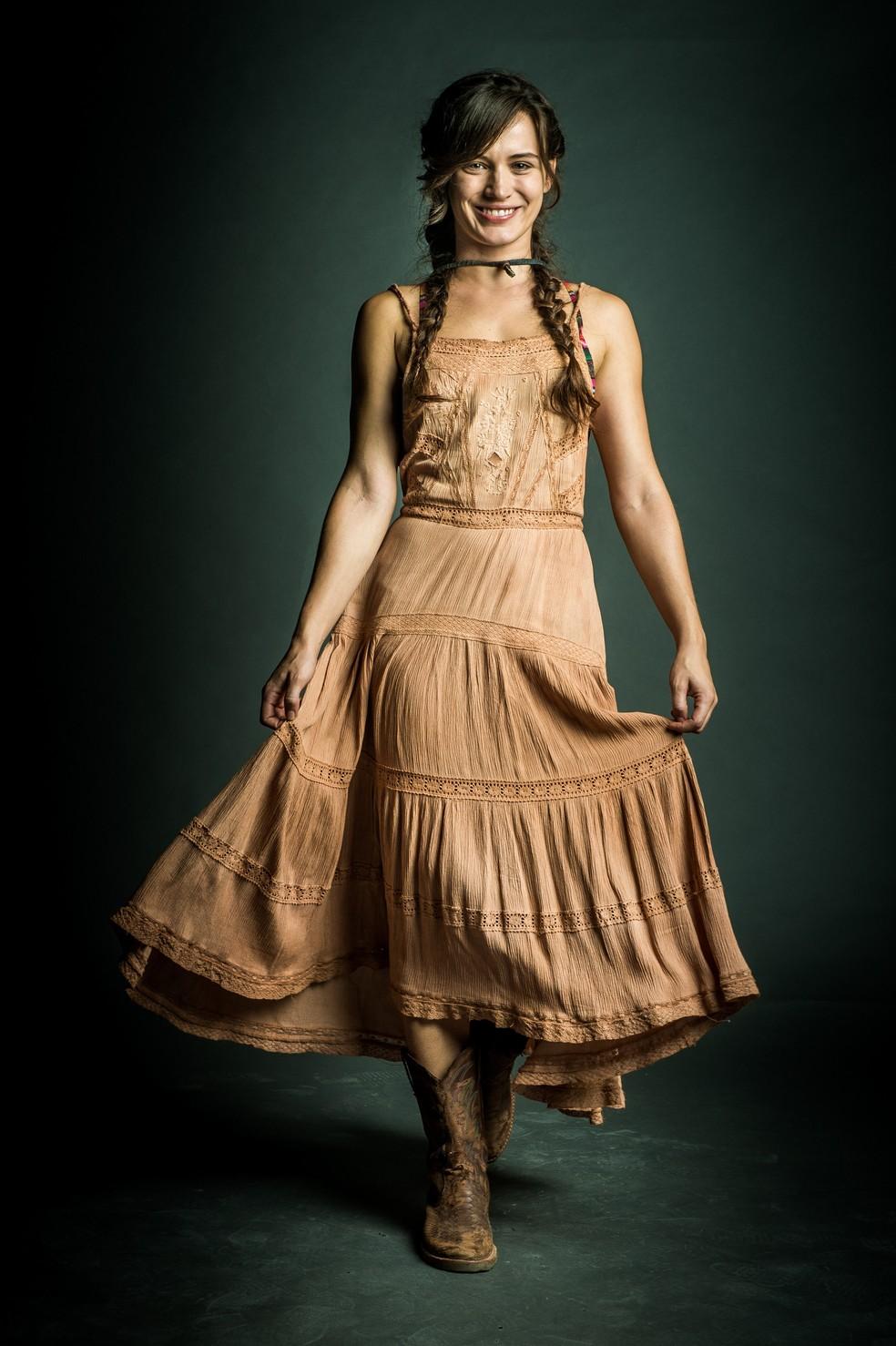Bianca Bin  Clara personagem nascida e criada no Jalapo Estamos envelhecendo as roupas com a terra alaranjada de l bem caracterstica desta regio e que tem uma aderncia muito grande em tecidos e na prpria pele Foto TV GLOBORaquel Cunha