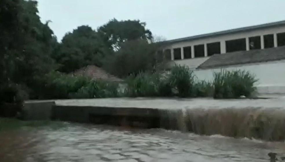 Córrego transbordou em Tupã durante a chuva — Foto: Arquivo pessoal