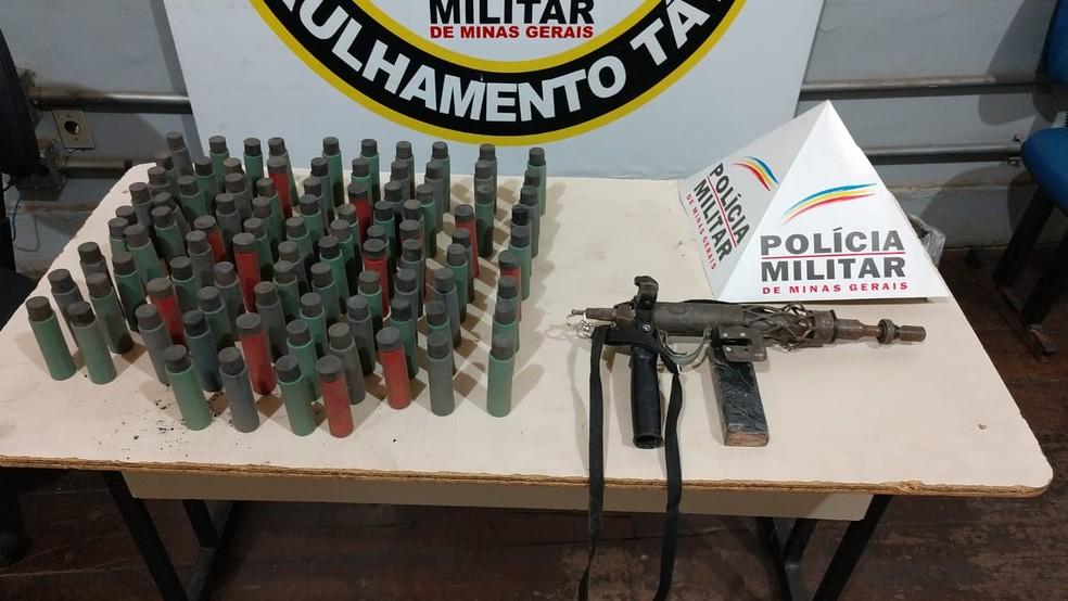 Submetralhadora artesanal e tubos de pólvora foram apreendidos após homem ameaçar a mãe dele em Montes Claros (Foto: Polícia Militar/Divulgação )