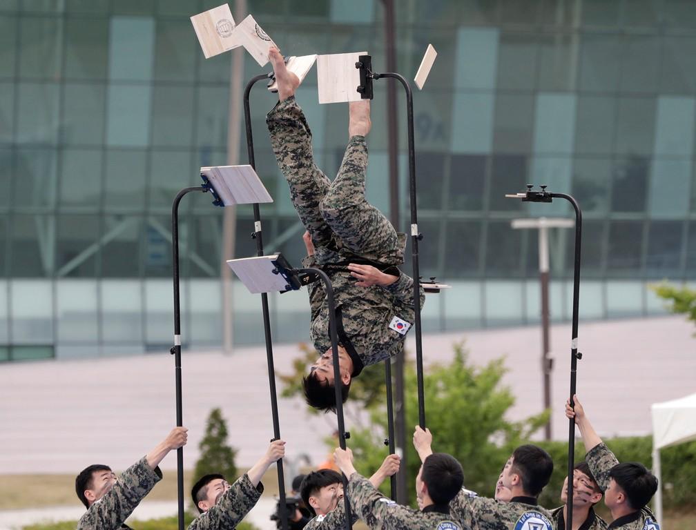 30 de maio - Soldados mostram suas habilidades de artes marciais durante uma performance como parte dos exercícios de Ulchi Taeguk em Goyang, na Coréia do Sul. Os exercícios de quatro dias incluirão treinamento de evacuação em massa e preparação para situações de guerra e desastres — Foto: Lee Jin-man/AP