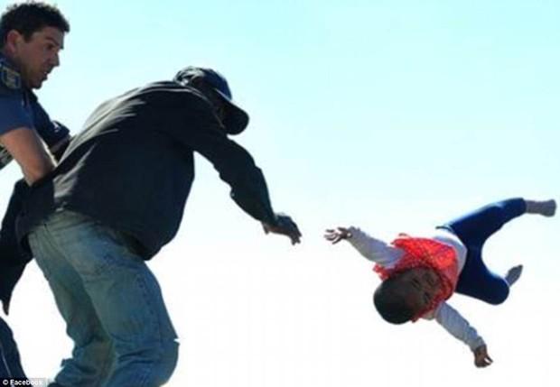 Bebê de seis meses foi lançada do telhado pelo pai durante protesto (Foto: Reprodução / Facebook)