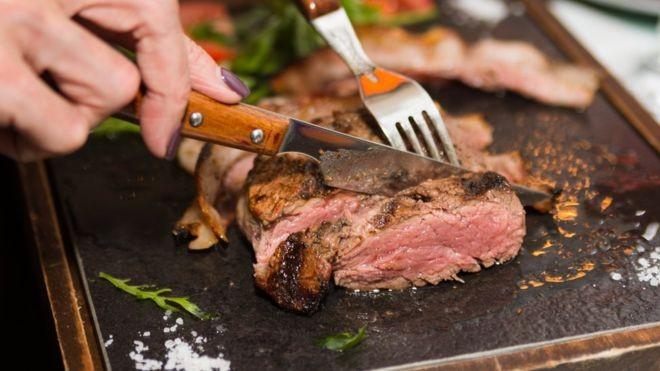 Algumas dietas low-carb são ricas em proteínas e gorduras animais, mas pesquisadores sugerem que elas sejam trocadas pelas vegetais (Foto: Getty Images via BBC)