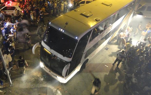 ônibus do Botafogo na chegada ao Mineirão (Foto: Marco Antônio Astoni)