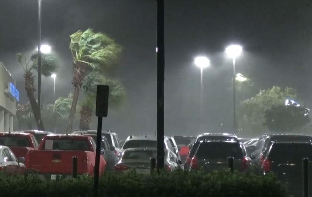 Fortes ventos e chuva atingem a cidade de Wilmington, na Carolina do Norte, na noite desta quinta-feira — Foto: Reprodução/NBC