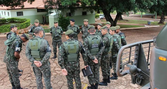 Soldados se preparam para embarcar com destino a MT (Foto: Hélder Rafael)