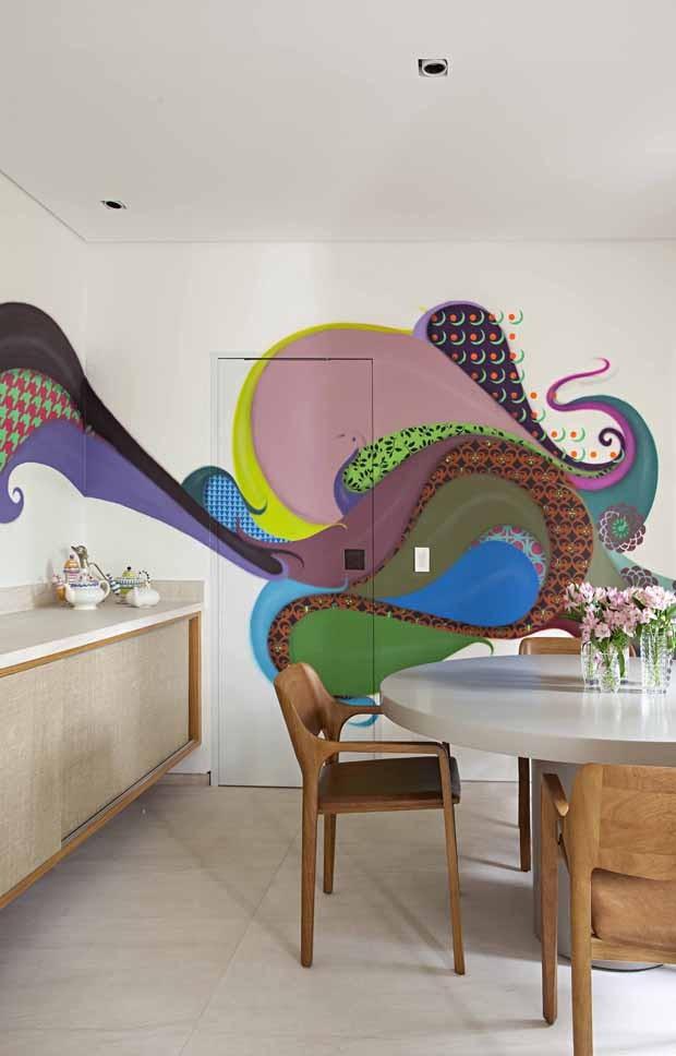 Espaços integrados e design assinado marcam a decoração deste apê (Foto: Gui Morelli)