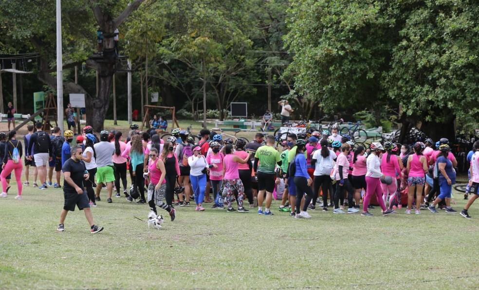 Ciclistas foram vistos sem respeitar o distanciamento mínimo de 1,5m — Foto: Helene Santos