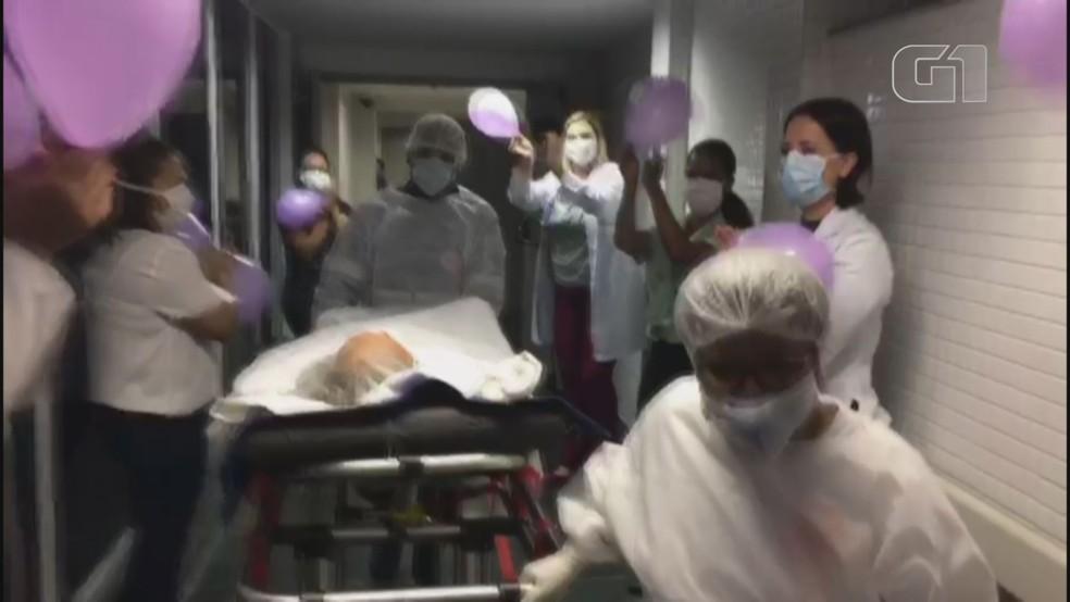 Idosa de 95 anos recebe alta de hospital em Santos (SP) após ser confirmada com Covid-19 — Foto: Reprodução
