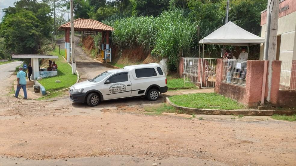 Corpo da mãe do Crivella chegando para o velório em Simão Pereira, na Zona da Mata mineira — Foto: Vagner Tolendato/G1