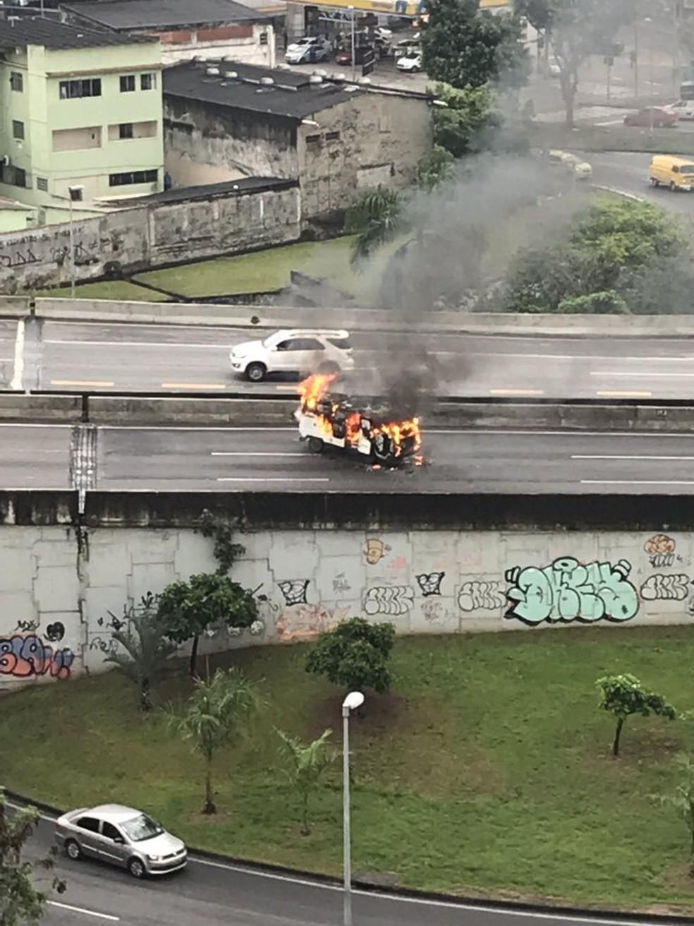 Incêndio em uma Kombi interdita Linha Amarela no sentido Fundão, Zona Norte do Rio. — Foto: Reprodução/Centro de Operações