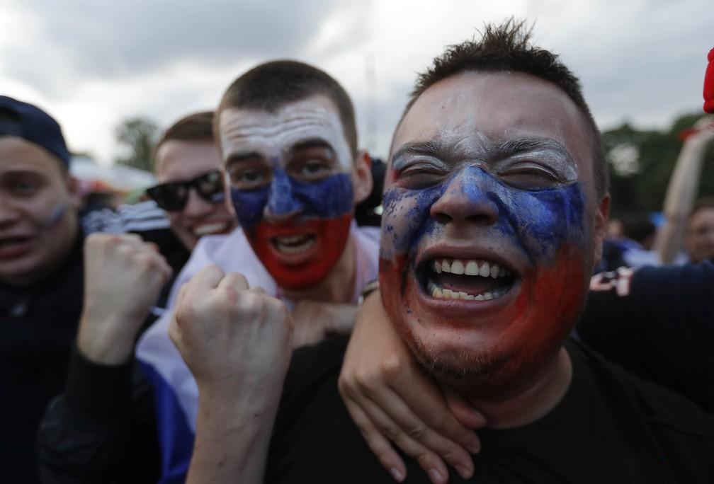 1° de julho - Torcedores russos comemoram a vitória sobre a Espanha, em Moscou, na Rússia (Foto: Sergei Karpukhin/Reuters)