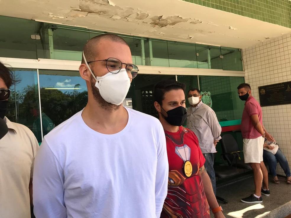 Estudante de veterinária Pedro Henrique Krambeck é levado à delegacia para depoimento, no DF — Foto: Afonso Ferreira/G1