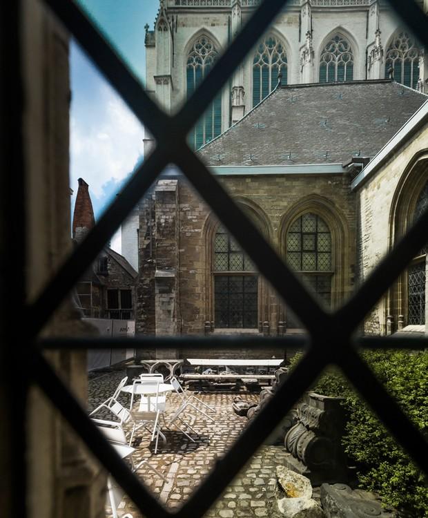 As janelas possuem vista para a Catedral de Nossa Senhora, o que faz com que os visitantes sintam-se imersos em uma atmosfera histórica (Foto: Ban Staeyen interior Architects/ Reprodução)