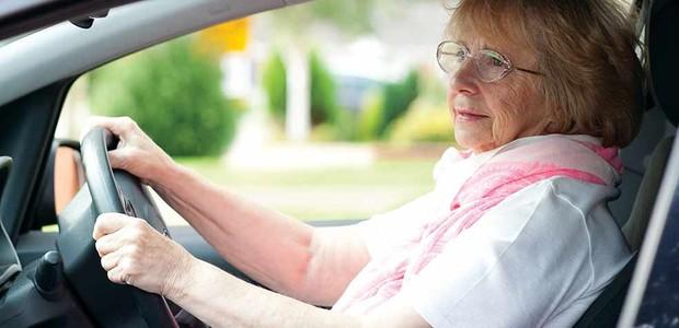 Por diversas vezes, o dinheiro da aposentadoria não é suficiente para o sustento do idoso (Foto: Ageuk/ Reprodução)