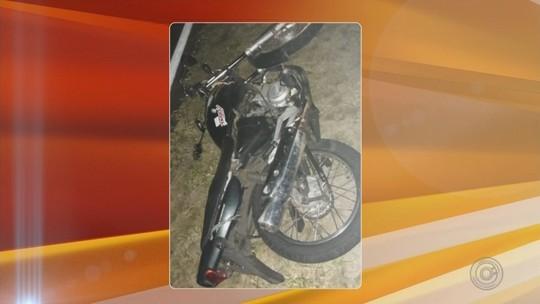 Motociclista bate em caminhonete no acostamento e morre atropelada em rodovia