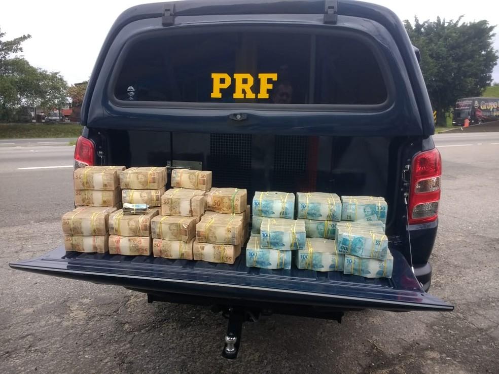 PRF encontra R$ 2,5 milhões dentro de picape na rodovia Régis Bittencourt, SP — Foto: Dione Aguiar / G1