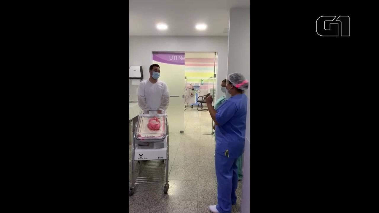 Equipe de enfermagem fez homenagem para Catarina na despedida da UTI neonatal, em Curitiba