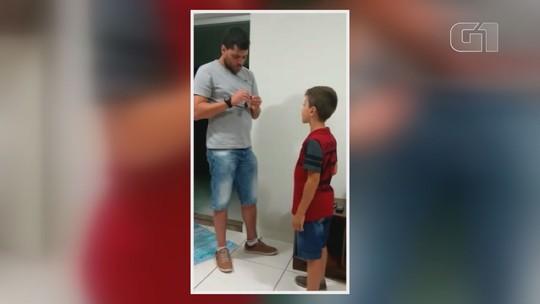 Menino de 8 anos se emociona ao receber aparelho auditivo e vídeo viraliza na internet; assista