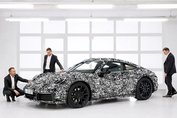 August Achleitner, chefe da gama 911, examina a nova geração do esportivo (Foto: Divulgação)