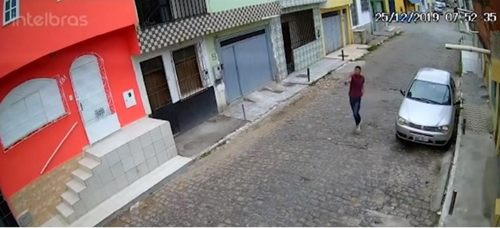 Homem armado atira em rapaz no meio da rua, em Itabuna — Foto: Reprodução/ TV Santa Cruz