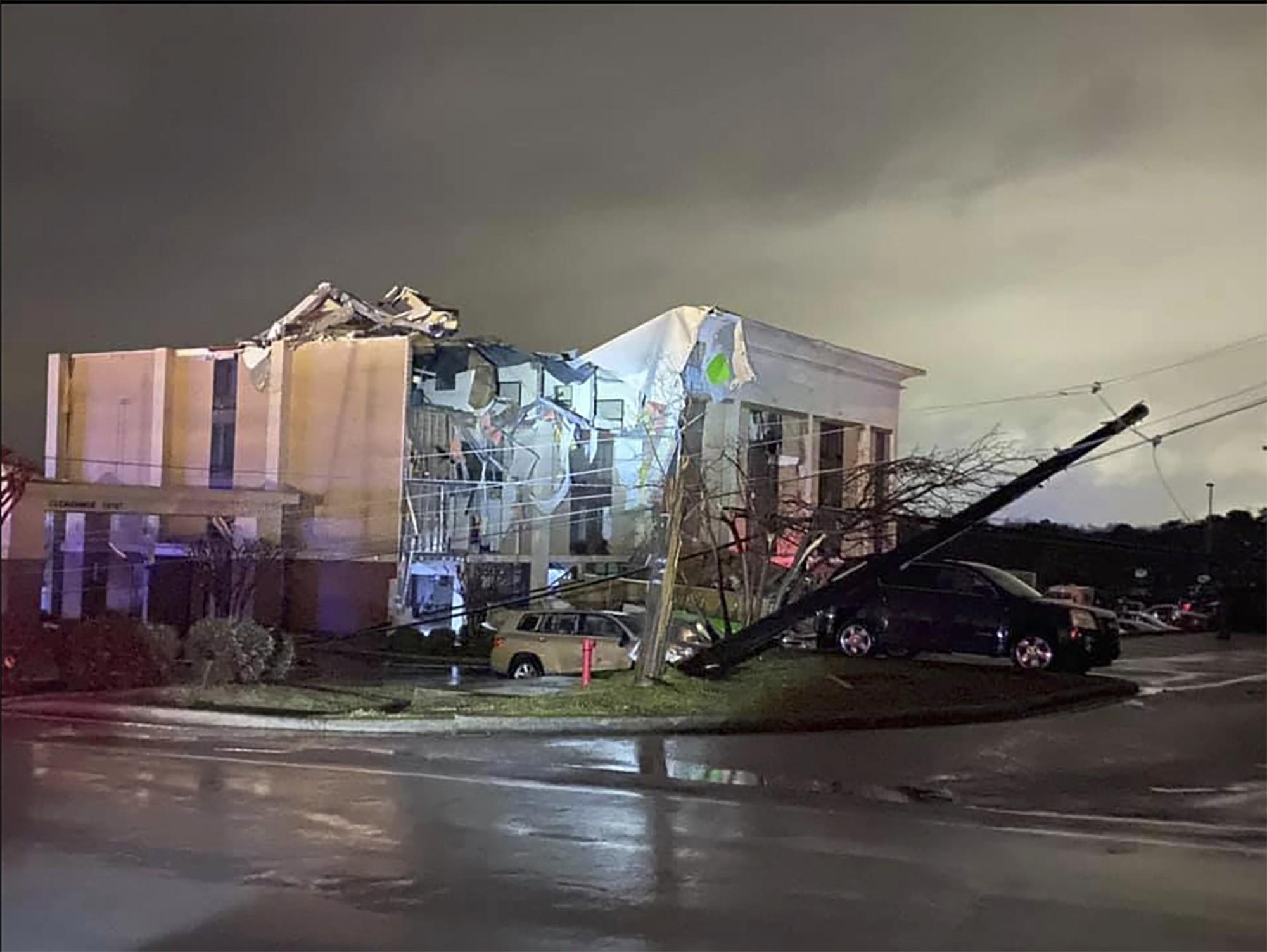 Tornado deixa um morto e vários feridos no Alabama