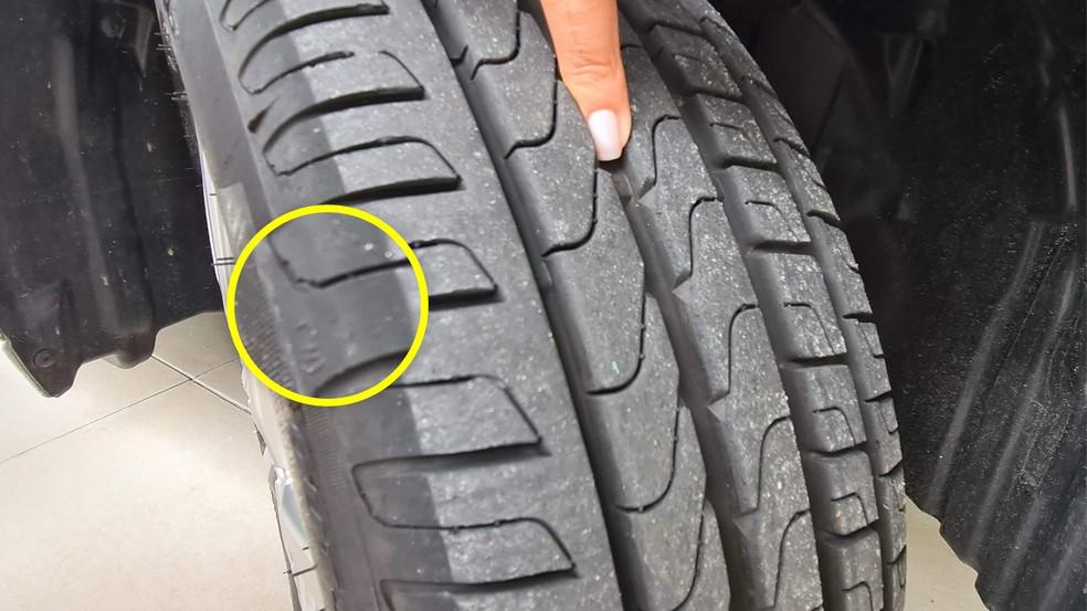 As letras TWI (em destaque) indicam onde está o ressalto (próximo ao dedo) no sulco que alerta para o momento correto da troca do pneu — Foto: Autoesporte