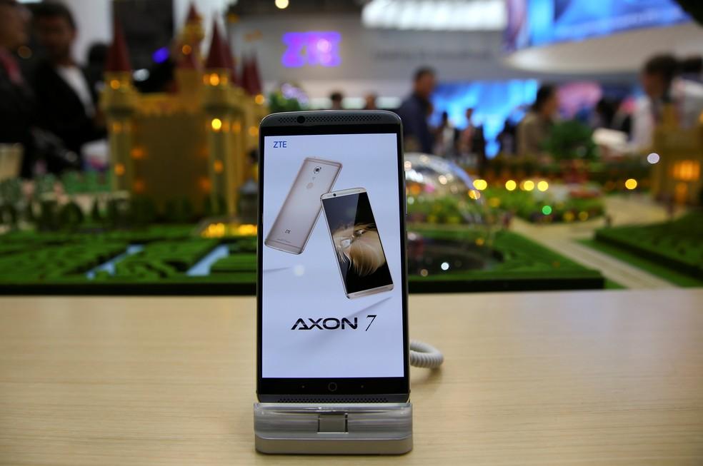-  Axon 7, smartphone da ZTE, apresentado em 2018.  Foto: Paul Hanna/Reuters