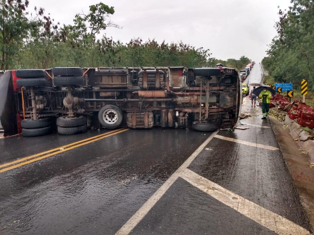 Caminhão carregado com mangas tomba e interdita BR-135, em Corinto