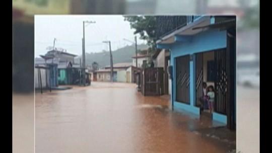 Ruas do centro de Parauabepas ficam alagadas após forte chuva desta segunda