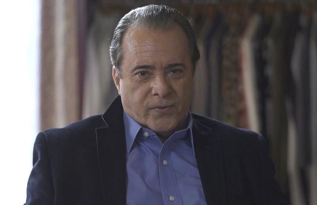 Na segunda-feira (13), Olavo (Tony Ramos) orientará Sampaio (Marcello Novaes) a trazer as máquinas para Serro Azul para invadir o casarão (Foto: TV Globo)