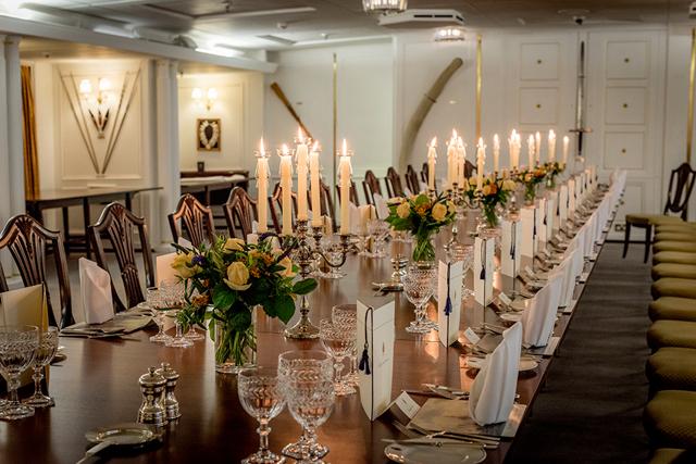Sala de jantar oficial: a rainha costuma sentar nas cadeiras do meio, para acompanhar as conversas de todos os convidados (Foto: Divulgação)