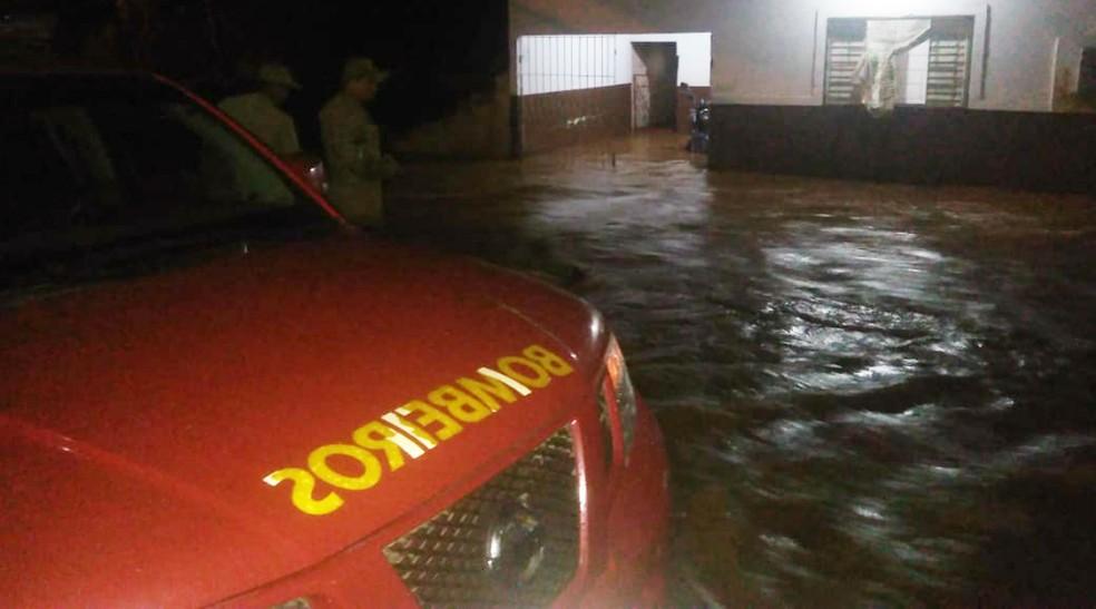 Bombeiros receberam mais de 60 chamadas pedindo socorro em razão do alamento de casas em Corumbá (MS), na noite desta quarta-feira — Foto: Corpo de Bombeiros/Divulgação