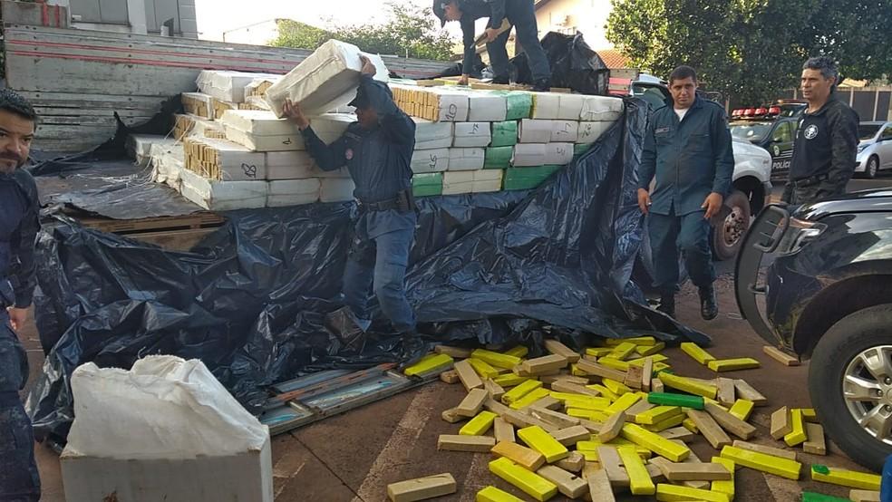 Policiais apreenderam quase 5 toneladas de droga em rodovia de MS (Foto: Polícia Militar/Divulgação)