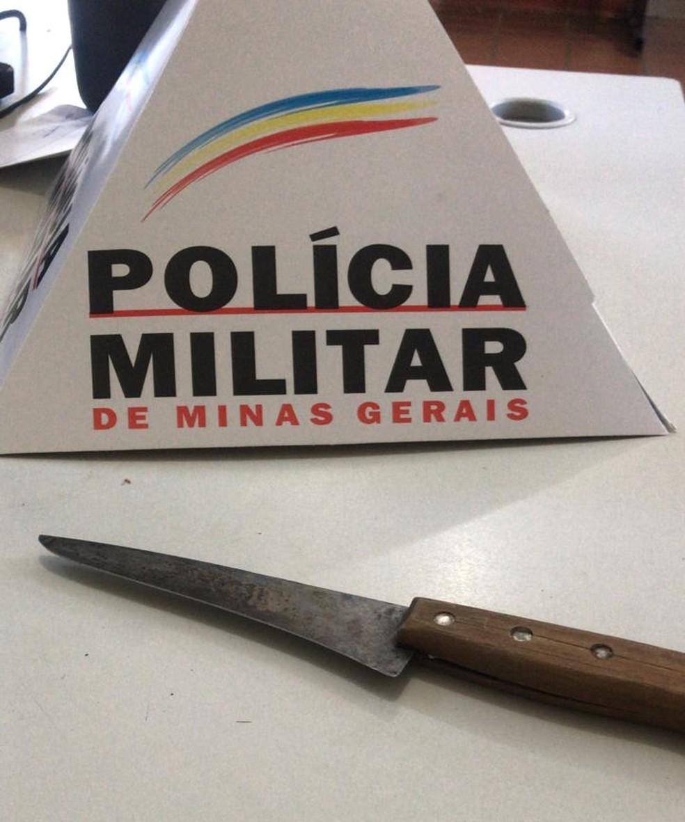 Faca usada nos delitos foi apreendida pela Polícia Militar em Espinosa — Foto: Polícia Militar/Divulgação
