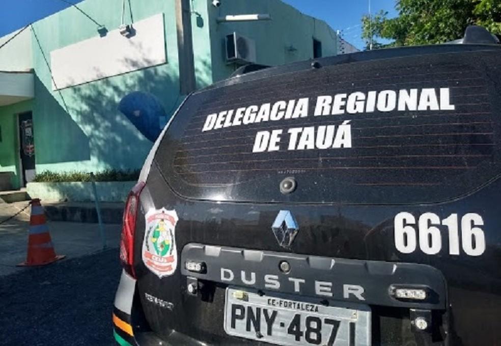 Suspeito de estuprar a própria filha foi levado à Delegacia Regional de Tauá, no interior do Ceará — Foto: Lindon Jhonson