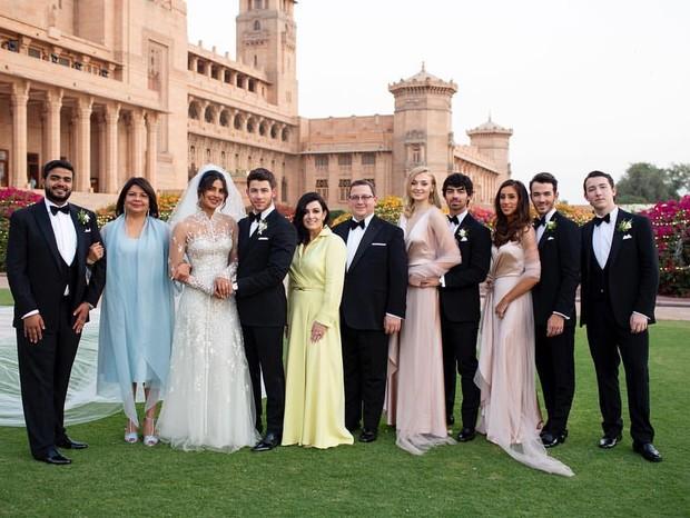 Nick Jonas, Priyanka Chopra e suas famílias (Foto: Instagram/Reprodução)