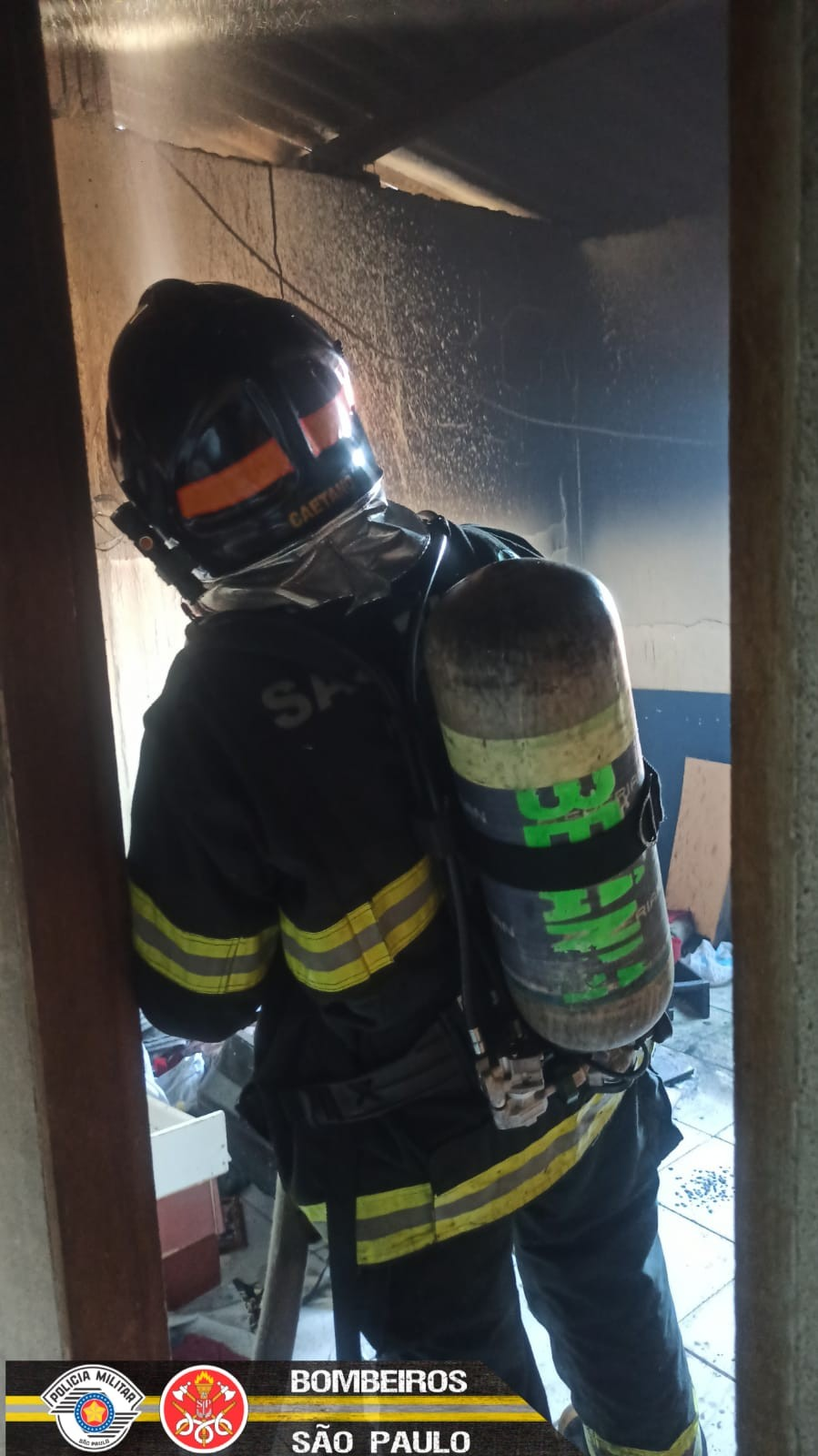 Casa pega fogo em São José dos Campos e mobiliza Corpo de Bombeiros