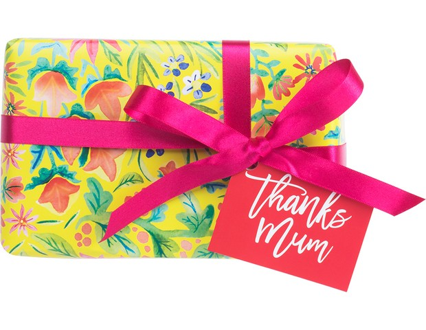 Kit Thanks Mum | Acompanha esfoliante corporal, sabonete de limão de framboesa e gel de banho com argila da Amazônia | Da Lush, R$175,00 (Foto: Divulgação)