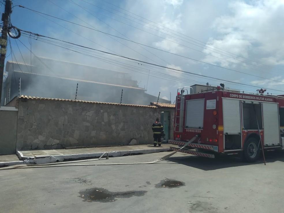 Bombeiros tentam controlar fogo em fábrica de duchas sanitárias em Maceió — Foto: Carolina Sanches/G1