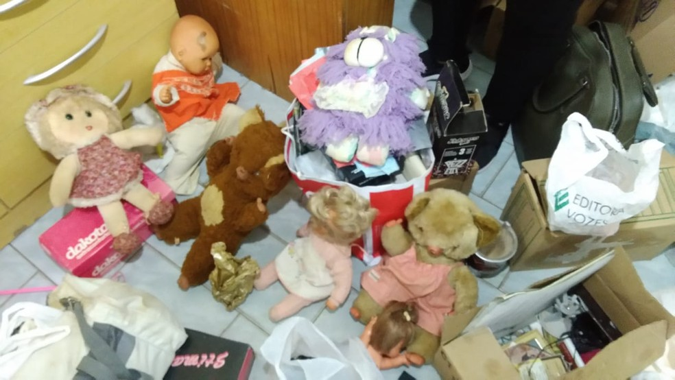 Na casa do padre, os policiais civis encontraram brinquedos, bonecas e ursos de pelúcia.  — Foto: Polícia Civil/Divulgação