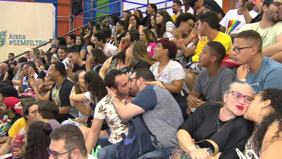 Público faz beijaço na Bienal do Rio — Foto: Reprodução/TV Globo